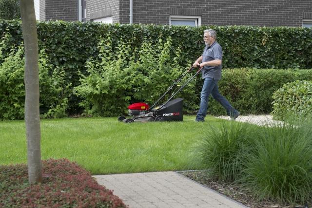 Весна прийшла миттєво. Слушний час косити газон? Ціни на газонокосарки Varo Power Plus знижено